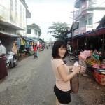 髪の毛を掴まれ殴られながら働く12歳のミャンマー少女…メイの市場にて